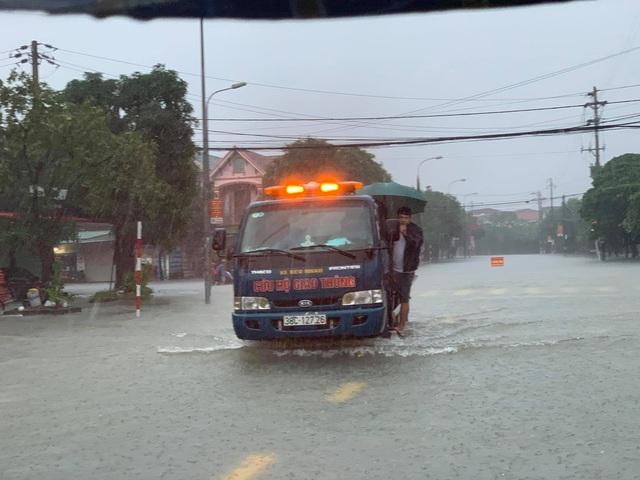 Người dân TP Hà Tĩnh lội nước chạy lũ - Ảnh 10.