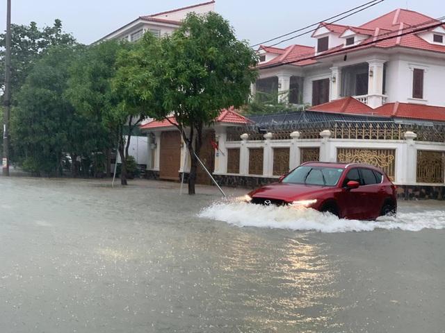 Người dân TP Hà Tĩnh lội nước chạy lũ - Ảnh 9.