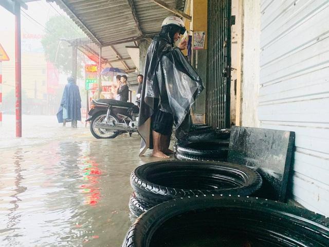 Người dân TP Hà Tĩnh lội nước chạy lũ - Ảnh 11.