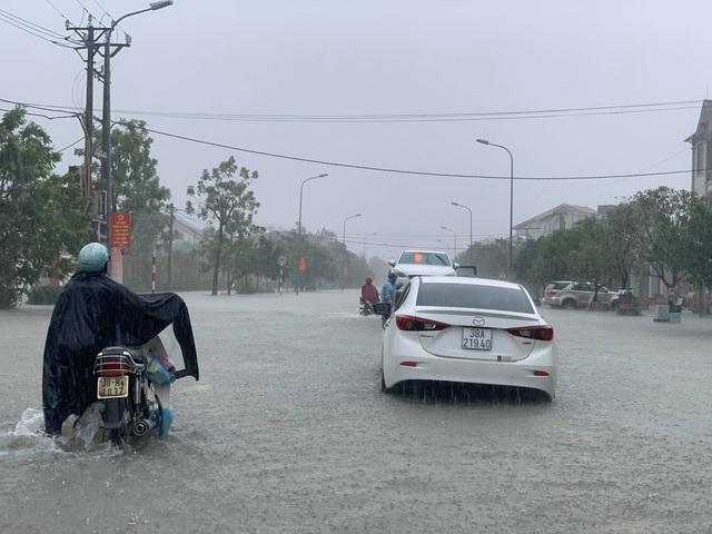 Người dân TP Hà Tĩnh lội nước chạy lũ - Ảnh 12.