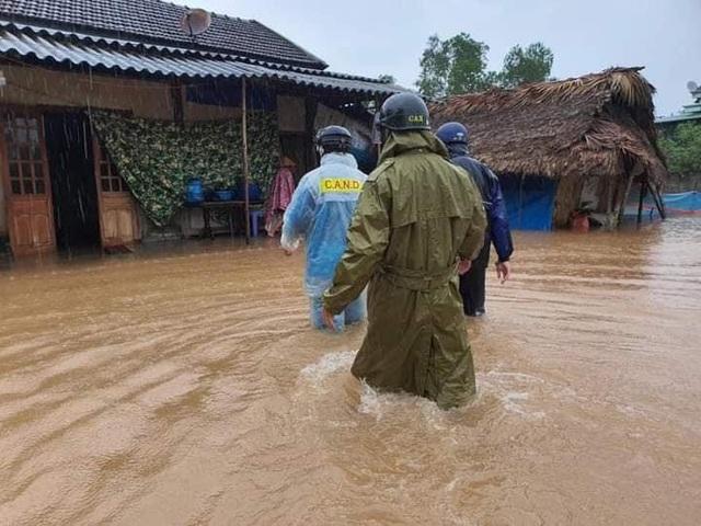 Hà Tĩnh: Nước lên từng giờ, nhiều xã đã bị cô lập, lực lượng chức năng khẩn trương sơ tán người dân - Ảnh 2.