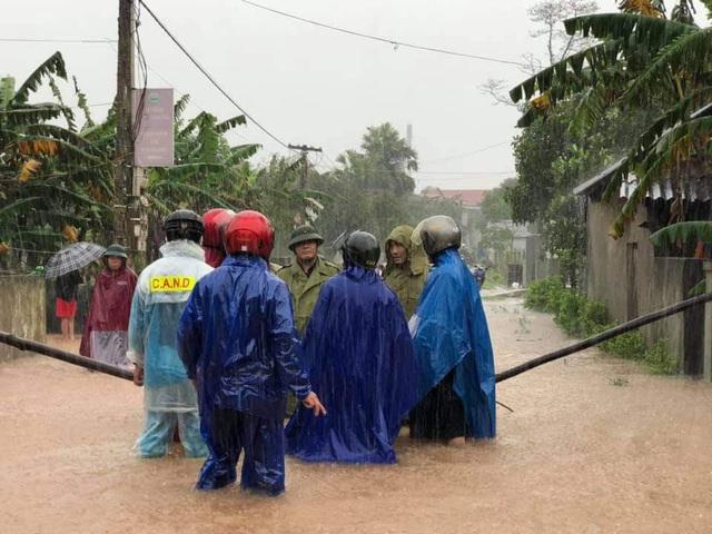 Hà Tĩnh: Nước lên từng giờ, nhiều xã đã bị cô lập, lực lượng chức năng khẩn trương sơ tán người dân - Ảnh 3.