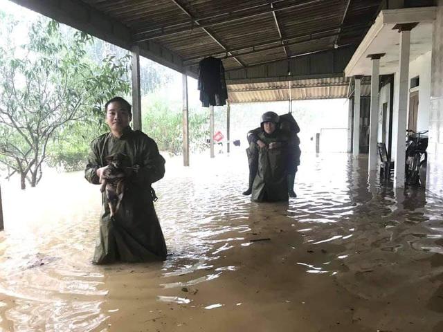 Hà Tĩnh: Nước lên từng giờ, nhiều xã đã bị cô lập, lực lượng chức năng khẩn trương sơ tán người dân - Ảnh 4.