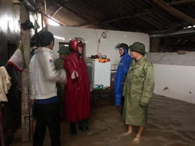Hà Tĩnh: Nước lên từng giờ, nhiều xã đã bị cô lập, lực lượng chức năng khẩn trương sơ tán người dân - Ảnh 6.