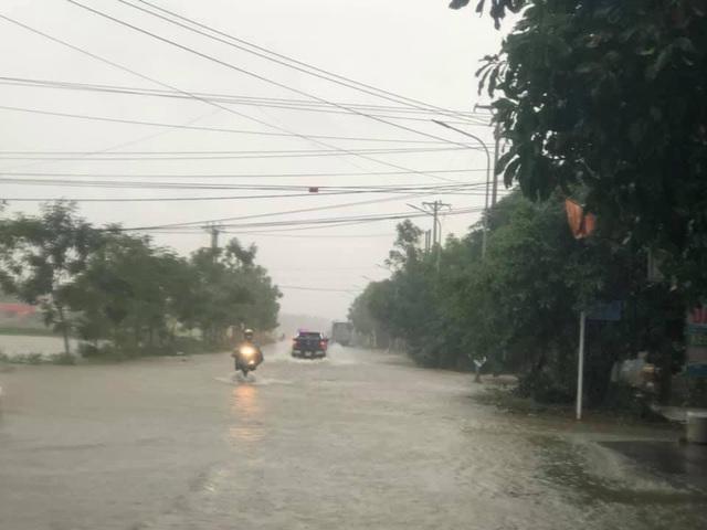 Hà Tĩnh: Nước lên từng giờ, nhiều xã đã bị cô lập, lực lượng chức năng khẩn trương sơ tán người dân - Ảnh 8.