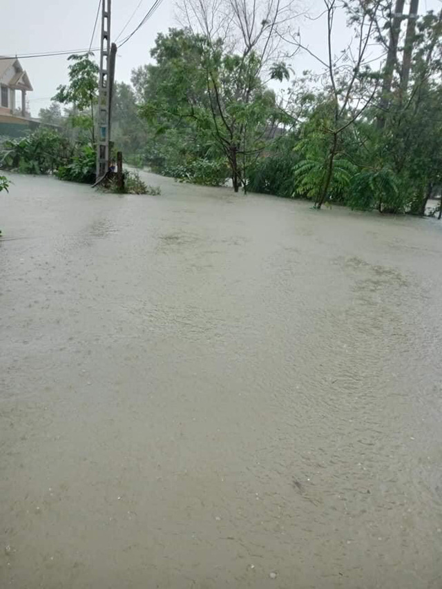 Hà Tĩnh: Nước lên từng giờ, nhiều xã đã bị cô lập, lực lượng chức năng khẩn trương sơ tán người dân - Ảnh 9.