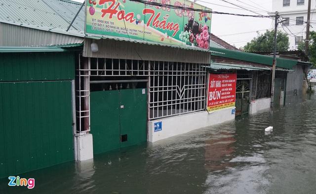 Giải cứu gần 200 hộ dân TP Vinh mắc kẹt giữa biển nước - Ảnh 2.