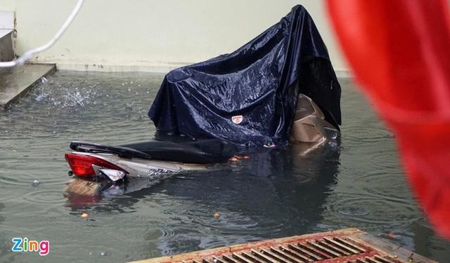 Giải cứu gần 200 hộ dân TP Vinh mắc kẹt giữa biển nước - Ảnh 3.
