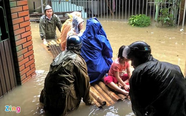 Giải cứu gần 200 hộ dân TP Vinh mắc kẹt giữa biển nước - Ảnh 6.