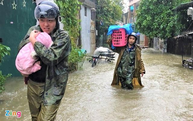 Giải cứu gần 200 hộ dân TP Vinh mắc kẹt giữa biển nước - Ảnh 7.