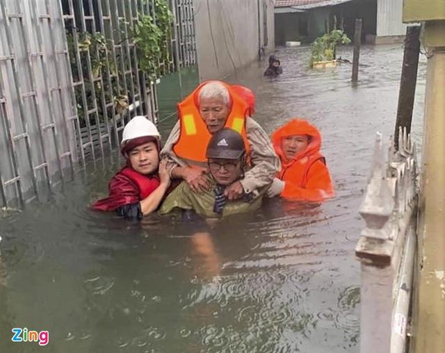 Giải cứu gần 200 hộ dân TP Vinh mắc kẹt giữa biển nước - Ảnh 8.