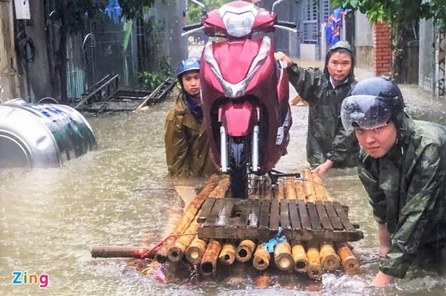 Giải cứu gần 200 hộ dân TP Vinh mắc kẹt giữa biển nước - Ảnh 9.