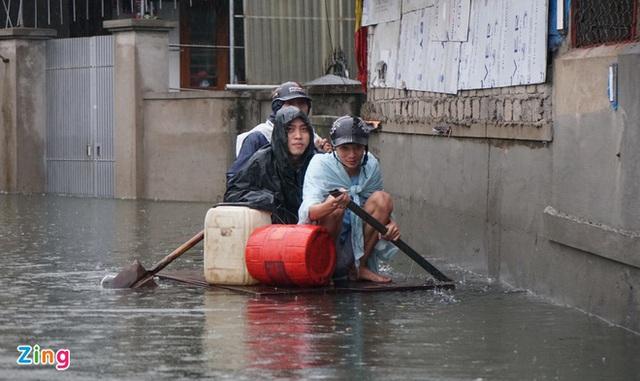 Giải cứu gần 200 hộ dân TP Vinh mắc kẹt giữa biển nước - Ảnh 10.