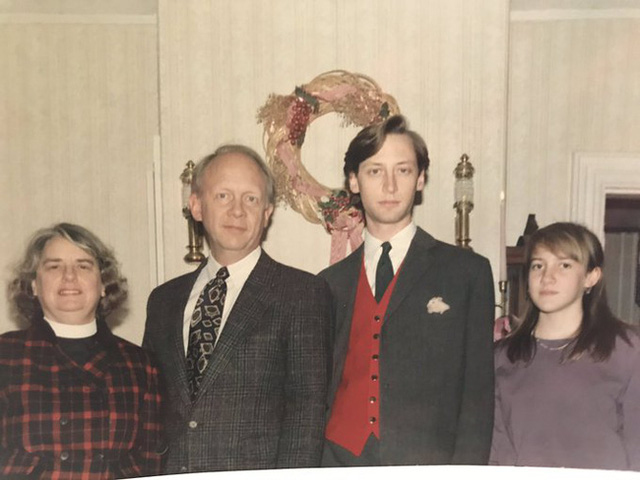 Bức ảnh chụp kỷ niệm dịp Giáng sinh của gia đình 4 người không thể bình thường hơn nhưng chứa đựng chi tiết đặc biệt khiến MXH xôn xao - Ảnh 2.