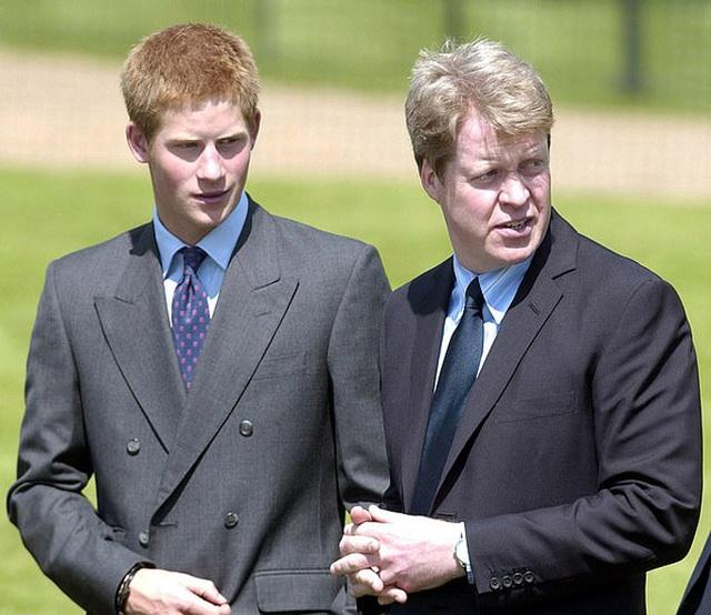 Hoàng tử William từng nhờ cậu ngăn Harry cưới Meghan - Ảnh 4.
