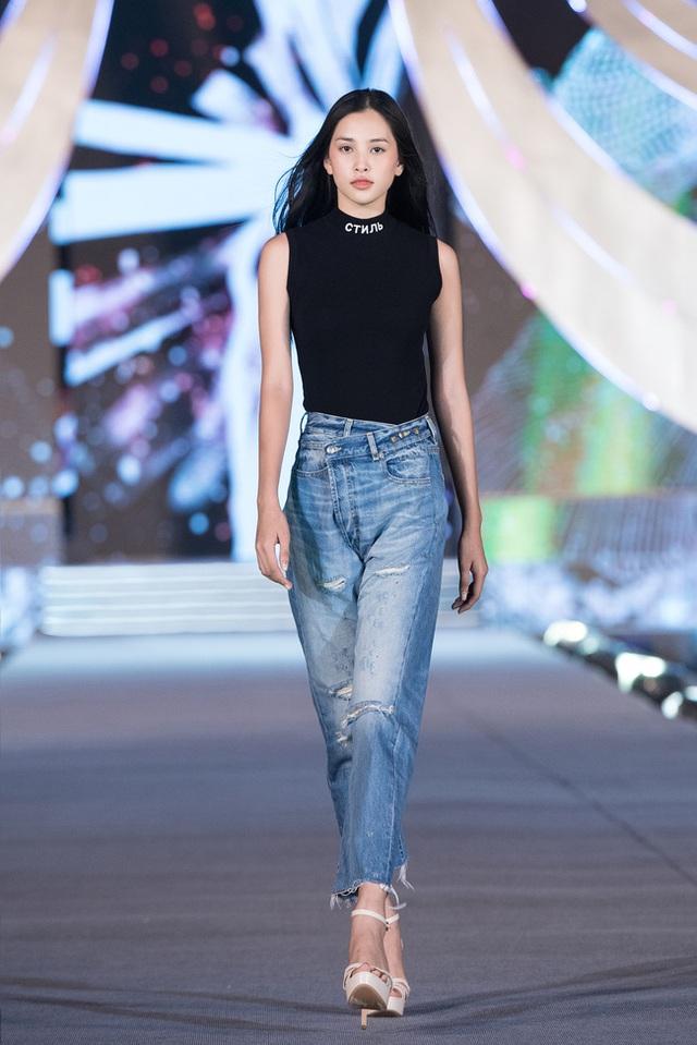 Nhan sắc thật khi để mặt mộc của Hoa hậu Tiểu Vy, Đỗ Mỹ Linh gây chú ý trong buổi diễn tập cùng dàn thí sinh Hoa hậu Việt Nam 2020 - Ảnh 2.