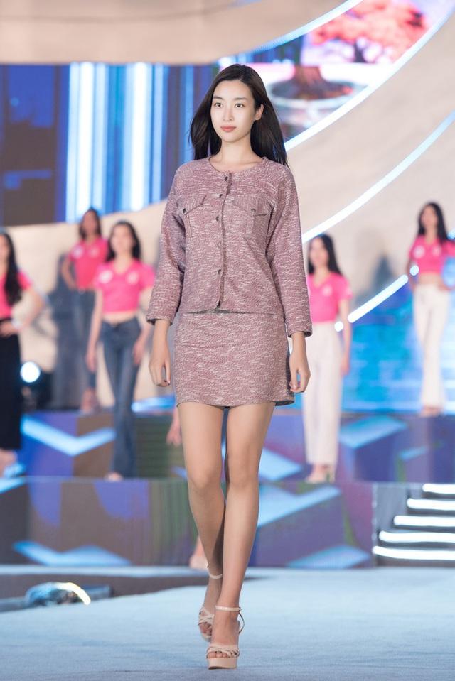 Nhan sắc thật khi để mặt mộc của Hoa hậu Tiểu Vy, Đỗ Mỹ Linh gây chú ý trong buổi diễn tập cùng dàn thí sinh Hoa hậu Việt Nam 2020 - Ảnh 3.