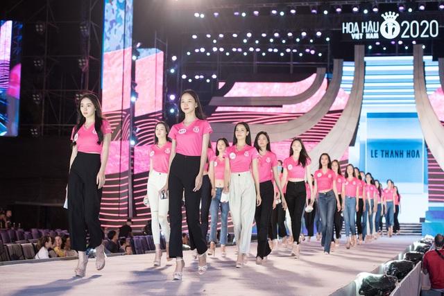 Nhan sắc thật khi để mặt mộc của Hoa hậu Tiểu Vy, Đỗ Mỹ Linh gây chú ý trong buổi diễn tập cùng dàn thí sinh Hoa hậu Việt Nam 2020 - Ảnh 12.