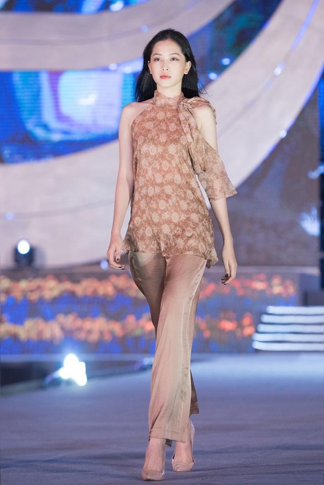 Nhan sắc thật khi để mặt mộc của Hoa hậu Tiểu Vy, Đỗ Mỹ Linh gây chú ý trong buổi diễn tập cùng dàn thí sinh Hoa hậu Việt Nam 2020 - Ảnh 4.