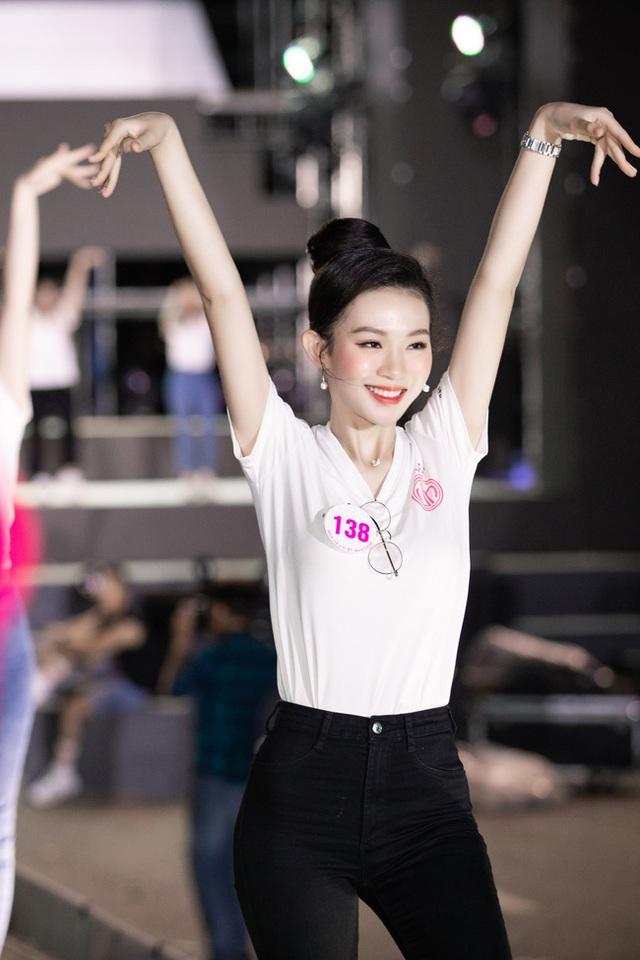 Nhan sắc thật khi để mặt mộc của Hoa hậu Tiểu Vy, Đỗ Mỹ Linh gây chú ý trong buổi diễn tập cùng dàn thí sinh Hoa hậu Việt Nam 2020 - Ảnh 5.