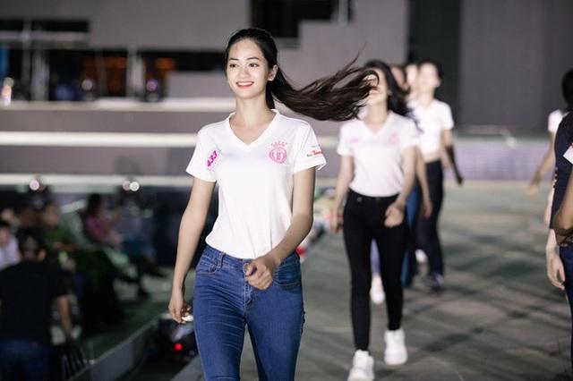 Nhan sắc thật khi để mặt mộc của Hoa hậu Tiểu Vy, Đỗ Mỹ Linh gây chú ý trong buổi diễn tập cùng dàn thí sinh Hoa hậu Việt Nam 2020 - Ảnh 7.