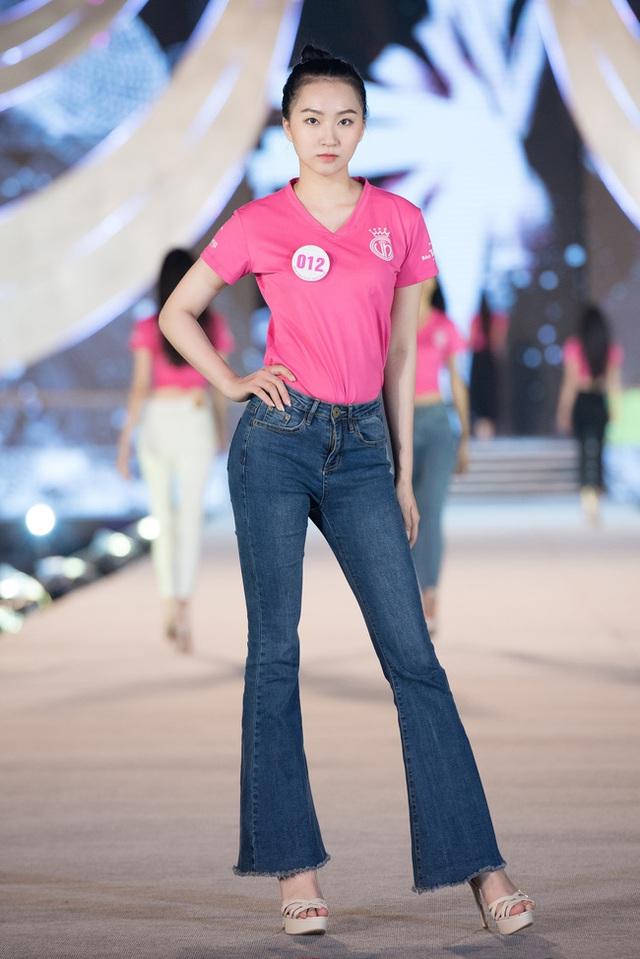 Nhan sắc thật khi để mặt mộc của Hoa hậu Tiểu Vy, Đỗ Mỹ Linh gây chú ý trong buổi diễn tập cùng dàn thí sinh Hoa hậu Việt Nam 2020 - Ảnh 8.