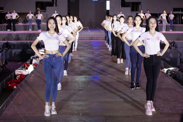 Nhan sắc thật khi để mặt mộc của Hoa hậu Tiểu Vy, Đỗ Mỹ Linh gây chú ý trong buổi diễn tập cùng dàn thí sinh Hoa hậu Việt Nam 2020 - Ảnh 10.