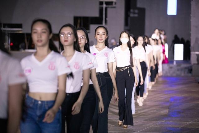 Nhan sắc thật khi để mặt mộc của Hoa hậu Tiểu Vy, Đỗ Mỹ Linh gây chú ý trong buổi diễn tập cùng dàn thí sinh Hoa hậu Việt Nam 2020 - Ảnh 11.