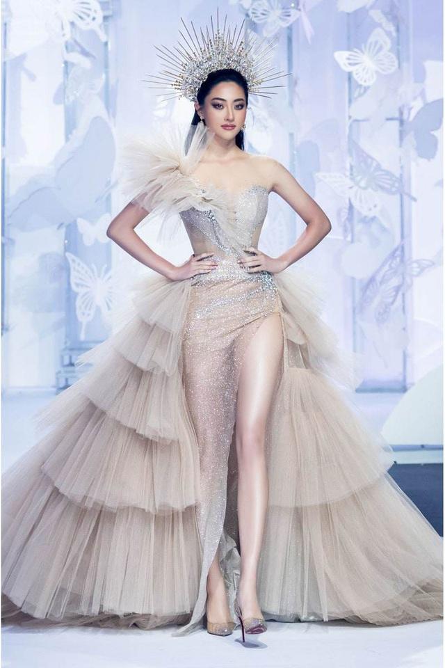 Vòng 1 ăn đứt đàn chị, Hoa hậu 2K còn là nàng thơ của NTK Việt nhờ đôi chân 1,22m - Ảnh 13.