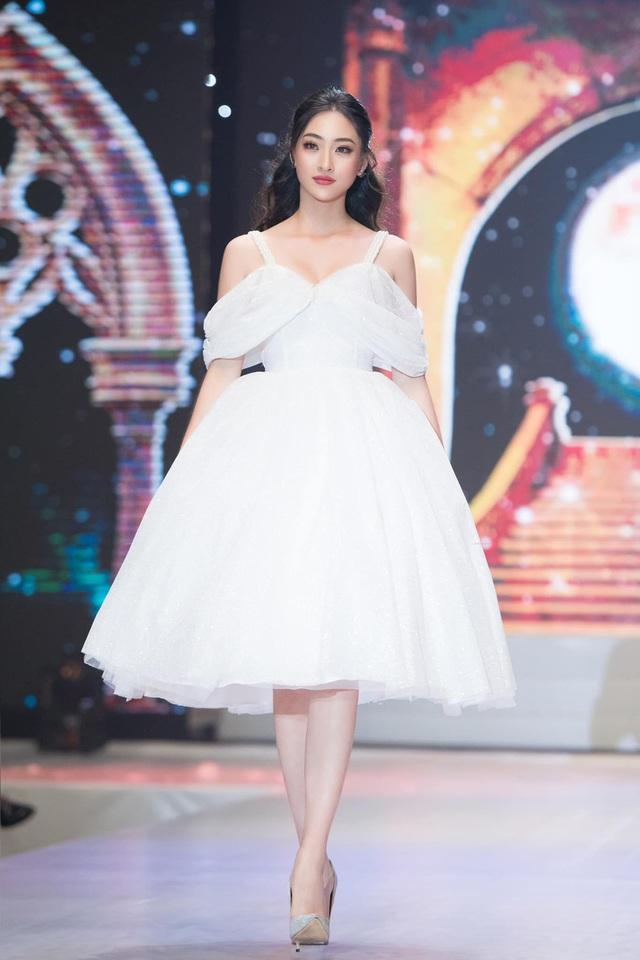 Vòng 1 ăn đứt đàn chị, Hoa hậu 2K còn là nàng thơ của NTK Việt nhờ đôi chân 1,22m - Ảnh 14.