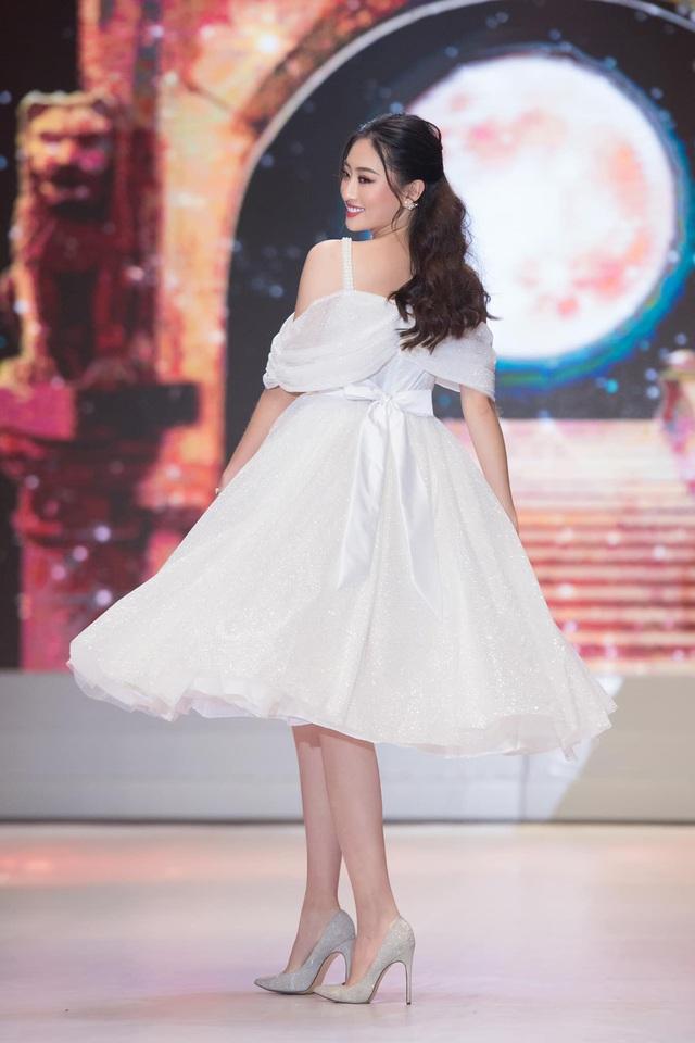 Vòng 1 ăn đứt đàn chị, Hoa hậu 2K còn là nàng thơ của NTK Việt nhờ đôi chân 1,22m - Ảnh 15.