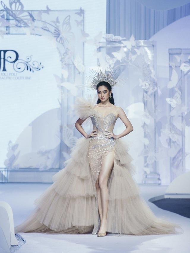 Vòng 1 ăn đứt đàn chị, Hoa hậu 2K còn là nàng thơ của NTK Việt nhờ đôi chân 1,22m - Ảnh 22.