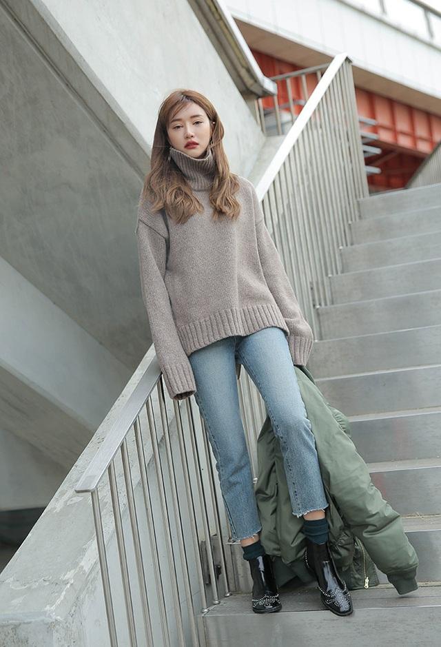 3 cách phối áo len chất lừ mùa thu đông 2020, những cô nàng quê mùa nhất cũng có thể dễ dàng thực hiện thành thạo - Ảnh 9.