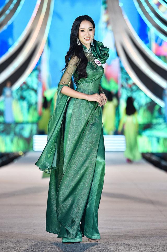 Trang phục áo dài ở Hoa hậu Việt Nam bị chê diêm dúa, NTK nói gì? - Ảnh 1.