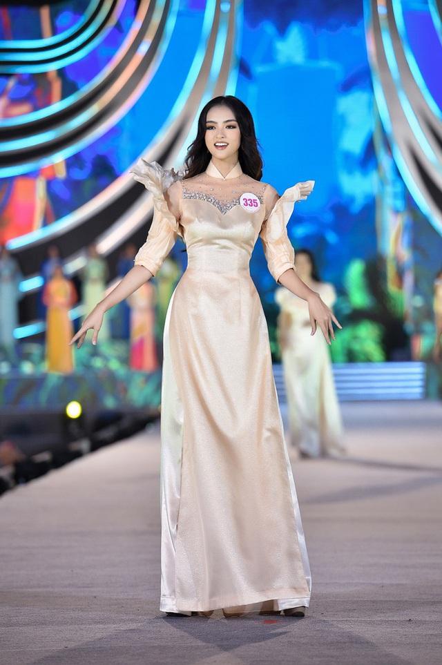 Trang phục áo dài ở Hoa hậu Việt Nam bị chê diêm dúa, NTK nói gì? - Ảnh 3.