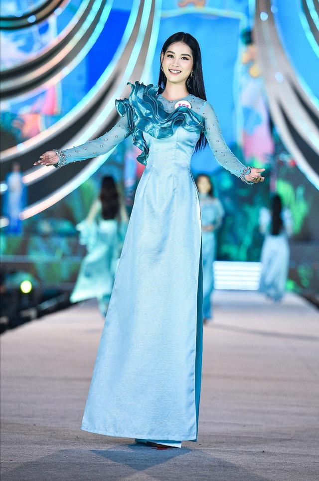 Trang phục áo dài ở Hoa hậu Việt Nam bị chê diêm dúa, NTK nói gì? - Ảnh 4.