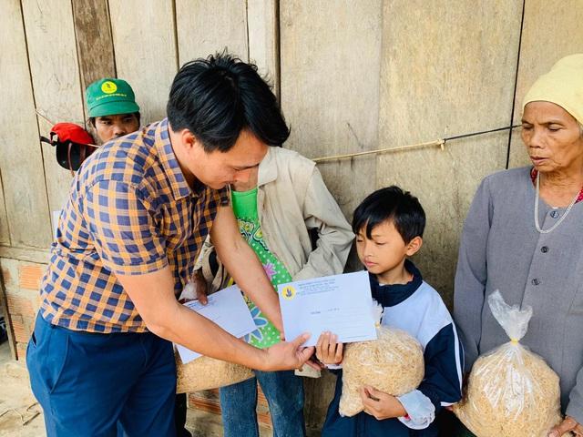Cận cảnh hành trình đưa gần 300 triệu đồng tới với đồng bào vùng xa, nhiều nơi vẫn còn bị cô lập ở Quảng Bình và Quảng Trị - Ảnh 8.