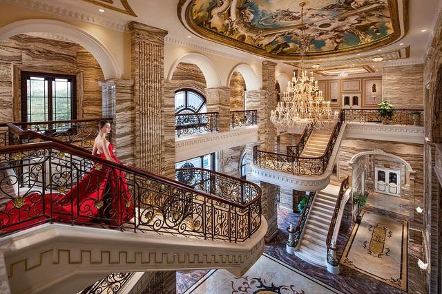 Cuộc sống đặc biệt trong cung điện đá D'. Palais Louis khiến 99,9875% người việt mơ ước - Ảnh 1.
