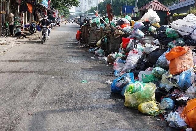 Công ty môi trường om lương công nhân, phố Hà Nội lại ngập ngụa rác - Ảnh 1.