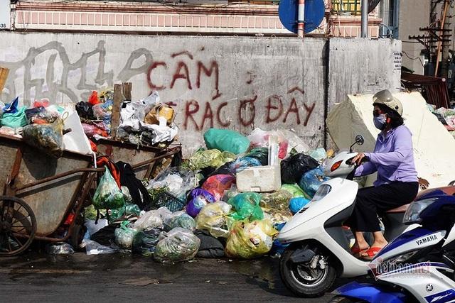 Công ty môi trường om lương công nhân, phố Hà Nội lại ngập ngụa rác - Ảnh 2.