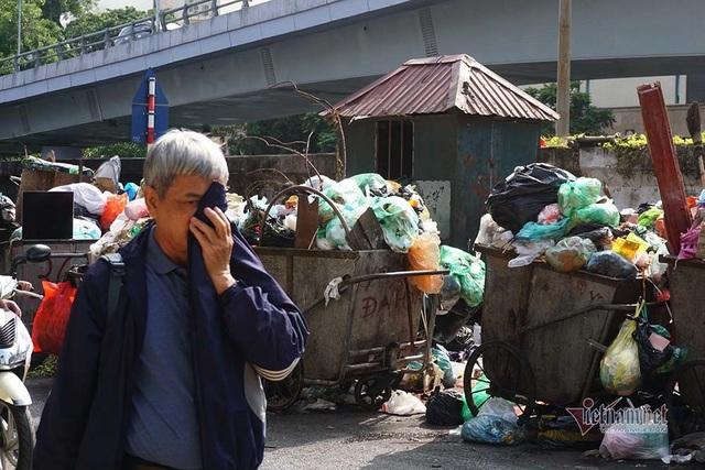 Công ty môi trường om lương công nhân, phố Hà Nội lại ngập ngụa rác - Ảnh 3.