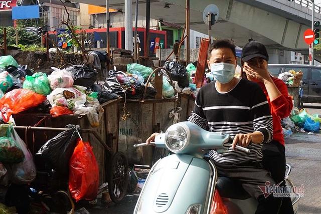Công ty môi trường om lương công nhân, phố Hà Nội lại ngập ngụa rác - Ảnh 4.