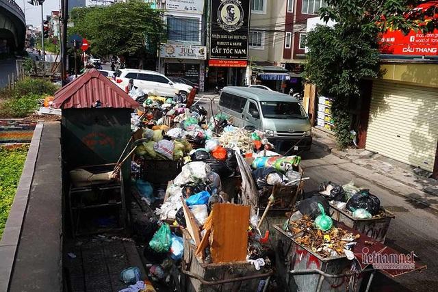 Công ty môi trường om lương công nhân, phố Hà Nội lại ngập ngụa rác - Ảnh 5.
