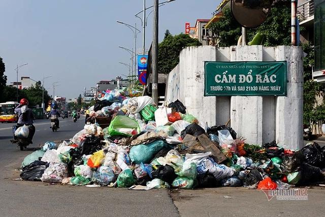 Công ty môi trường om lương công nhân, phố Hà Nội lại ngập ngụa rác - Ảnh 6.