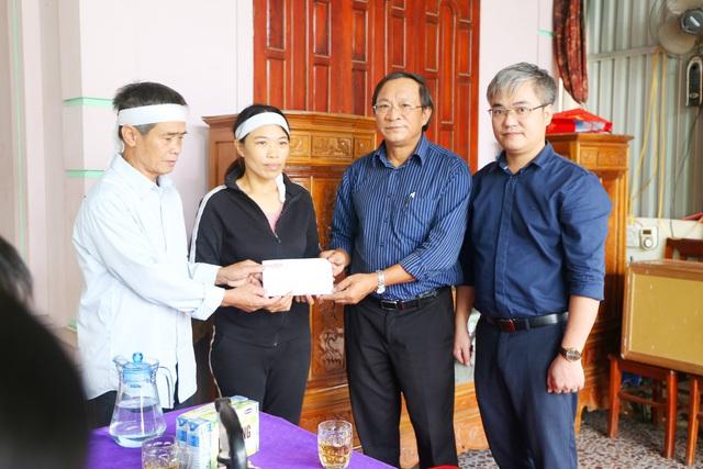 Báo Gia đình và Xã hội cùng các nhà hảo tâm đến thăm và trao quà cho đồng bào vùng lũ Hà Tĩnh - Ảnh 19.