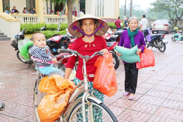 Báo Gia đình và Xã hội cùng các nhà hảo tâm đến thăm và trao quà cho đồng bào vùng lũ Hà Tĩnh - Ảnh 12.