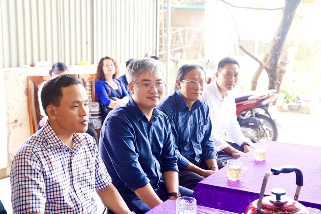 Báo Gia đình và Xã hội cùng các nhà hảo tâm đến thăm và trao quà cho đồng bào vùng lũ Hà Tĩnh - Ảnh 18.