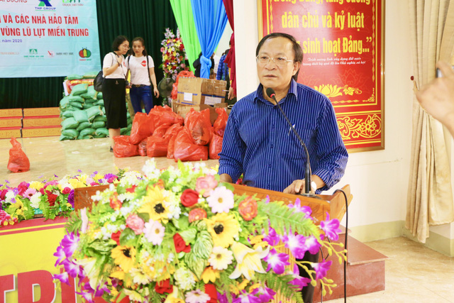 Báo Gia đình và Xã hội cùng các nhà hảo tâm đến thăm và trao quà cho đồng bào vùng lũ Hà Tĩnh - Ảnh 3.