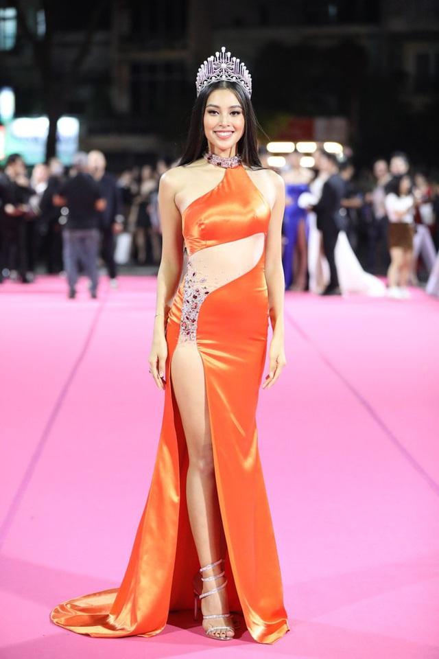 """Thảm đỏ Hoa hậu Việt Nam 2020: Tiểu Vy """"chặt đẹp"""" dàn hậu trước thềm trao lại vương miện - Ảnh 1."""