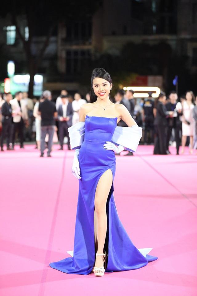 """Thảm đỏ Hoa hậu Việt Nam 2020: Tiểu Vy """"chặt đẹp"""" dàn hậu trước thềm trao lại vương miện - Ảnh 3."""